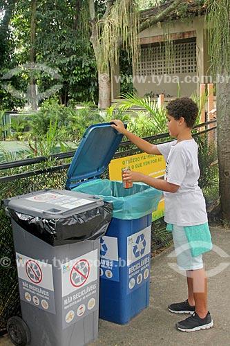 Menino jogando lata em lixeiras para coleta seletiva no Parque da Quinta da Boa Vista  - Rio de Janeiro - Rio de Janeiro (RJ) - Brasil