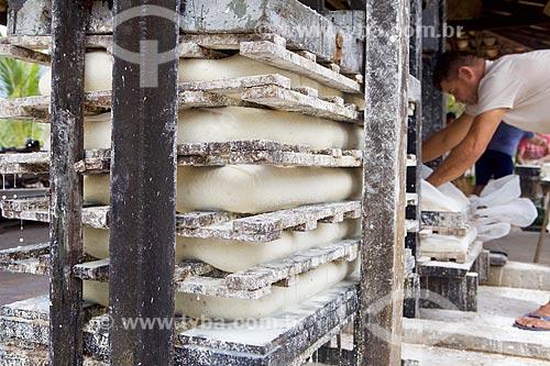 Prensa da goma da mandioca na Farinhada - processo artesanal para a produção da farinha de mandioca  - Cajueiro da Praia - Piauí (PI) - Brasil
