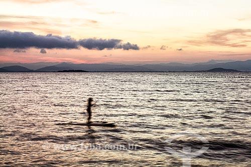Silhueta de praticante de stand up paddle durante o pôr do sol na Praia do Ribeirão da Ilha  - Florianópolis - Santa Catarina (SC) - Brasil