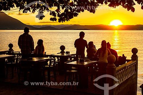 Mesas de bar na orla da Praia do Ribeirão da Ilha durante o pôr do sol  - Florianópolis - Santa Catarina (SC) - Brasil