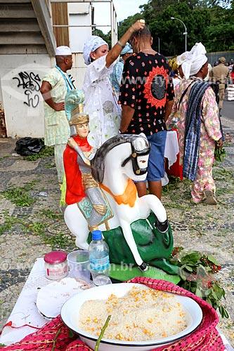 Detalhe de fiel recebendo passe próximo a Igreja São Gonçalo Garcia e São Jorge no dia de São Jorge  - Rio de Janeiro - Rio de Janeiro (RJ) - Brasil
