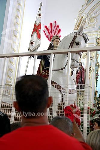 Fiel no interior da Igreja São Gonçalo Garcia e São Jorge durante a missa no dia de São Jorge  - Rio de Janeiro - Rio de Janeiro (RJ) - Brasil