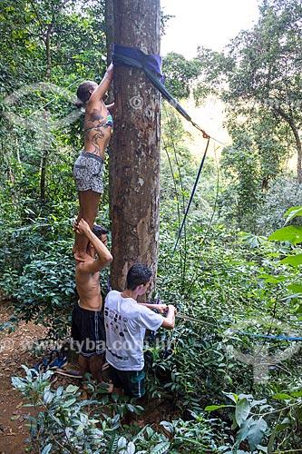 Praticante de slackline montando a fita no Parque Nacional da Tijuca próximo à Cachoeira do Box no Horto  - Rio de Janeiro - Rio de Janeiro (RJ) - Brasil