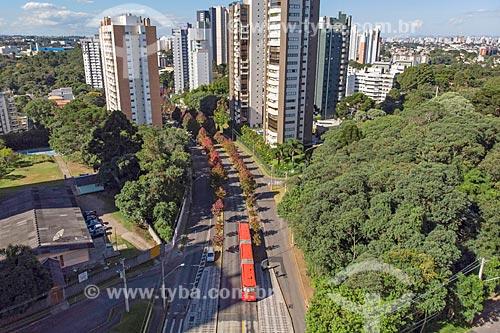 Foto feita com drone de ônibus da Rede Integrada de Transporte Coletivo (RIT) transitando na Rua Heitor Alencar Furtado    - Curitiba - Paraná (PR) - Brasil