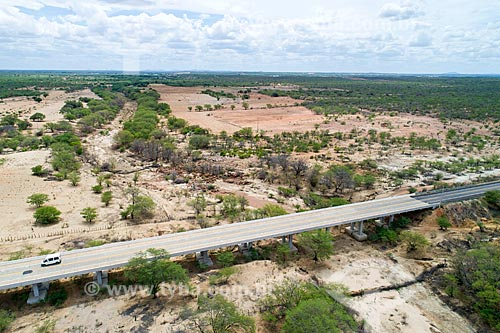 Foto feita com drone de ponte sobre rio seco na Rodovia BR-428  - Cabrobó - Pernambuco (PE) - Brasil