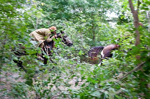 Vaqueiros durante a manifestação cultural conhecida como pega de boi no mato  - Demerval Lobão - Piauí (PI) - Brasil