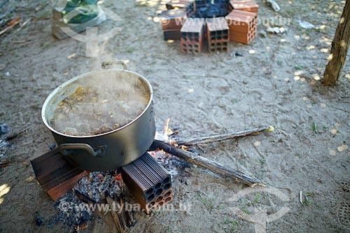 Panela com carne de bode ao molho no fogão à lenha durante a manifestação cultural conhecida como pega de boi no mato  - Demerval Lobão - Piauí (PI) - Brasil