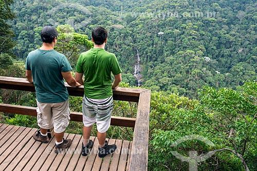 Turista observando a Cascatinha Taunay a partir do Mirante da Cascatinha no Parque Nacional da Tijuca  - Rio de Janeiro - Rio de Janeiro (RJ) - Brasil