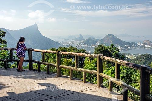 Turista observando a paisagem a partir do Mirante da Vista Chinesa  - Rio de Janeiro - Rio de Janeiro (RJ) - Brasil