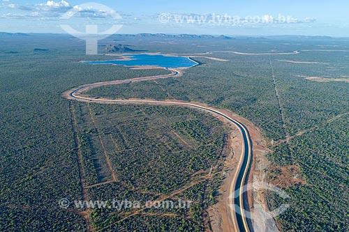 Foto feita com drone do canal do Projeto de Integração do Rio São Francisco com as bacias hidrográficas do Nordeste Setentrional - eixo norte - com o Reservatório Tucutú ao fundo  - Cabrobó - Pernambuco (PE) - Brasil