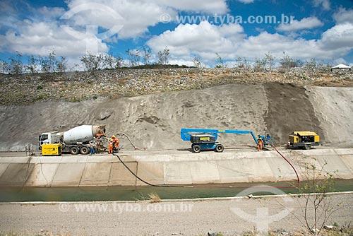 Operários reparando o concreto nas paredes do canal do Projeto de Integração do Rio São Francisco com as bacias hidrográficas do Nordeste Setentrional - eixo leste  - Sertânia - Pernambuco (PE) - Brasil