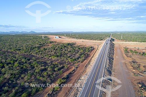 Foto feita com drone da Rodovia BR-428 sobre o canal do Projeto de Integração do Rio São Francisco com as bacias hidrográficas do Nordeste Setentrional - eixo norte  - Cabrobó - Pernambuco (PE) - Brasil