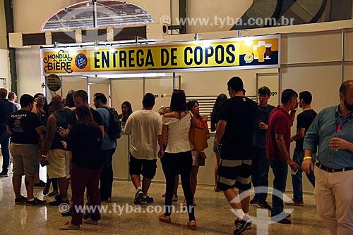 Fila em posto de entrega de copos do Mondial de la Bière - festival internacional de cervejas - em Armazém do Cais da Gamboa  - Rio de Janeiro - Rio de Janeiro (RJ) - Brasil