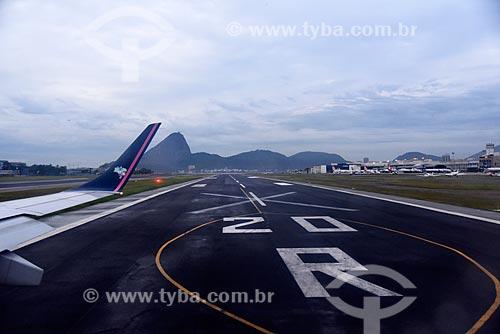 Avião na pista do Aeroporto Santos Dumont (1936) com o Pão de Açúcar ao fundo  - Rio de Janeiro - Rio de Janeiro (RJ) - Brasil