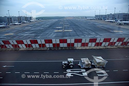 Carrinho para bagagem na pista da Aeroporto Internacional de Viracopos  - Campinas - São Paulo (SP) - Brasil