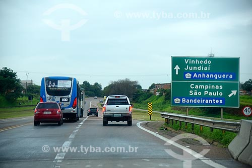 Sinalização rodoviária no acostamento da Rodovia Dom Pedro I (SP-065)  - Campinas - São Paulo (SP) - Brasil