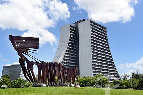 Monumento aos Açorianos (1974) com o Centro Administrativo do Estado do Rio Grande do Sul (CAERGS) - também conhecido como Centro Administrativo Fernando Ferrari - ao fundo  - Porto Alegre - Rio Grande do Sul (RS) - Brasil