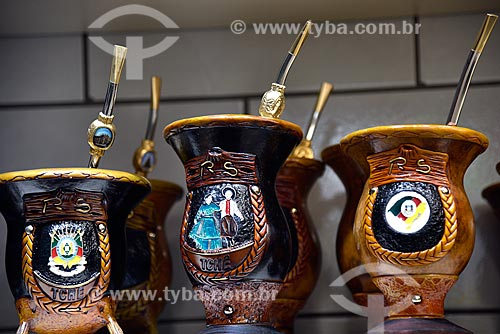 Cuias de Chimarrão decoradas à venda no Mercado Público de Porto Alegre  - Porto Alegre - Rio Grande do Sul (RS) - Brasil