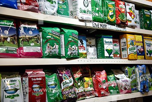 Variedade de marcas de erva-mate em pacotes à venda no Mercado Público de Porto Alegre  - Porto Alegre - Rio Grande do Sul (RS) - Brasil