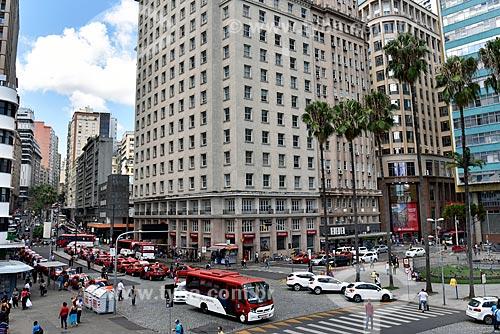 Tráfego na esquina da Avenida Borges de Medeiros com a Rua Sete de Setembro com a Praça Montevidéo à direita  - Porto Alegre - Rio Grande do Sul (RS) - Brasil