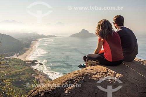 Casal observando a prainha e da Praia da Macumba a partir do Morro do Caeté  - Rio de Janeiro - Rio de Janeiro (RJ) - Brasil