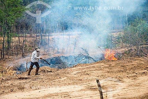 Trabalhador rural queimando área para fazer roça  - Custódia - Pernambuco (PE) - Brasil