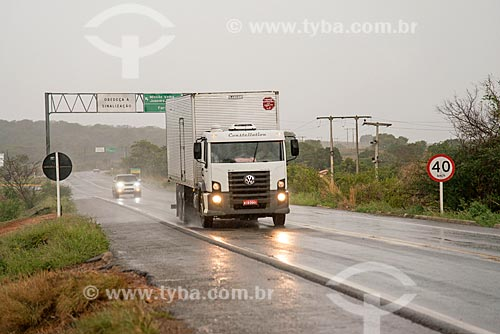 Caminhão em trecho da Rodovia BR-116 durante a chuva -  sentido Juazeiro do Norte  - Milagres - Ceará (CE) - Brasil