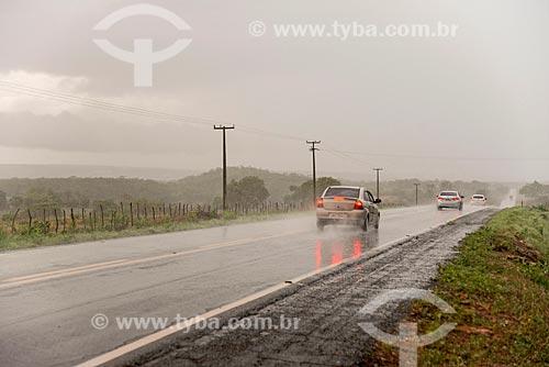 Carro em trecho da Rodovia CE-293 durante a chuva  - Missão Velha - Ceará (CE) - Brasil