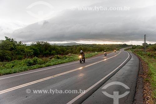 Motocicletas em trecho da Rodovia CE-293 durante a chuva  - Missão Velha - Ceará (CE) - Brasil