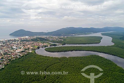 Foto feita com drone do Parque Estadual Restingas de Bertioga com a Ilha de Santo Amaro ao fundo  - Bertioga - São Paulo (SP) - Brasil