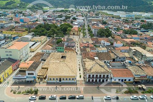 Foto feita com drone de casas do centro histórico da cidade de São Sebastião com a Igreja Matriz de São Sebastião (1609) ao fundo  - São Sebastião - São Paulo (SP) - Brasil