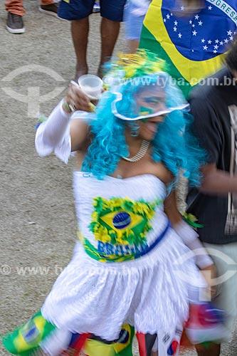 Detalhe de mulher vestida de noiva torcendo pela Seleção Brasileira no Boulevard Olímpico durante o jogo entre Brasil x Bélgica pela Copa do Mundo 2018 - jogo em que o Brasil foi eliminado  - Rio de Janeiro - Rio de Janeiro (RJ) - Brasil