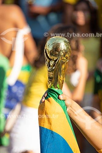Detalhe de torcedor segurando réplica do Troféu da Copa do Mundo da FIFA no Boulevard Olímpico durante o jogo entre Brasil x Bélgica pela Copa do Mundo 2018 - jogo em que o Brasil foi eliminado  - Rio de Janeiro - Rio de Janeiro (RJ) - Brasil