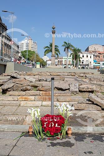 Arranjo de flores em frente ao Cais do Valongo e Cais da Imperatriz após lavagem promovida pelo Afoxé Filhos de Gandhi em celebração do primeiro aniversário do título de Patrimônio Cultural da Humanidade  - Rio de Janeiro - Rio de Janeiro (RJ) - Brasil