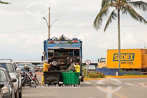 Coleta de lixo no centro da cidade de São Sebastião  - São Sebastião - São Paulo (SP) - Brasil