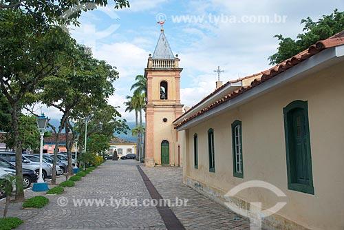 Casario no centro histórico de São Sebastião com a Igreja Matriz de São Sebastião (1609) ao fundo  - São Sebastião - São Paulo (SP) - Brasil