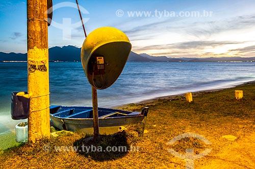 Telefone público na orla da Praia da Tapera durante o pôr do sol  - Florianópolis - Santa Catarina (SC) - Brasil