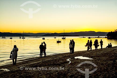 Pessoas observando o pôr do sol na orla da Praia de Santo Antônio de Lisboa  - Florianópolis - Santa Catarina (SC) - Brasil