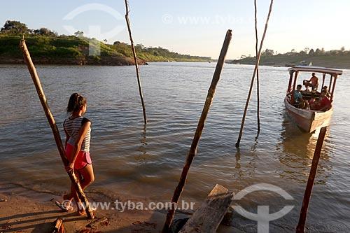 Barco ribeirinho atracando na divisa entre os Rio Acre e Rio Purus  - Boca do Acre - Amazonas (AM) - Brasil