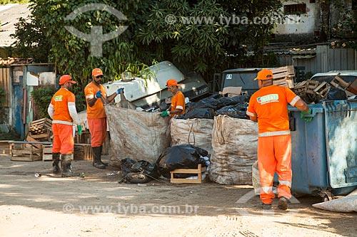 Garis separando lixo na Vila do Abraão  - Angra dos Reis - Rio de Janeiro (RJ) - Brasil