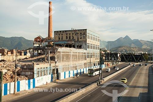 Demolição da antiga sede da União Fabril Exportadora (UFE) às margens da Avenida Brasil  - Rio de Janeiro - Rio de Janeiro (RJ) - Brasil