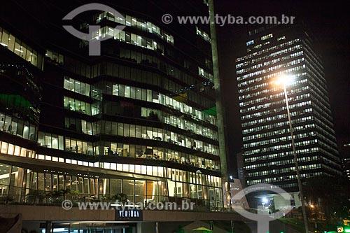 Vista do edifício Ventura com o edifício sede do Banco Nacional de Desenvolvimento Econômico e Social (BNDES) à noite  - Rio de Janeiro - Rio de Janeiro (RJ) - Brasil