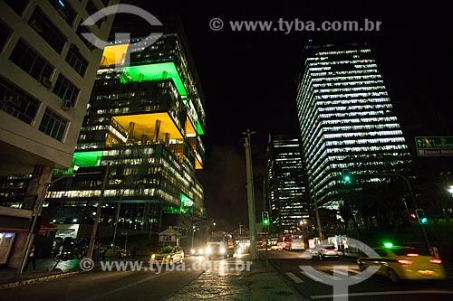 Vista do edifício Sede da Petrobras - à esquerda - com o edifício sede do Banco Nacional de Desenvolvimento Econômico e Social (BNDES) - à direita - à noite  - Rio de Janeiro - Rio de Janeiro (RJ) - Brasil