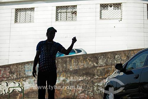 Detalhe da atuação de flanelinha  - Rio de Janeiro - Rio de Janeiro (RJ) - Brasil