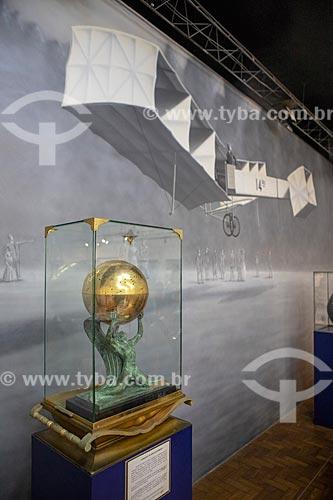 Detalhe de urna em forma de globo dourado contendo o coração embalsamado de Alberto Santos Dumont com estatueta em bronze do deus Ícaro - parte do acervo permanente do Museu Aeroespacial  - Rio de Janeiro - Rio de Janeiro (RJ) - Brasil