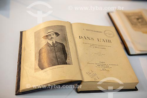 Livro de que pertenceu a Alberto Santos Dumont intitulado Dans l air, traduzido no Português como Os meus balões, de 1904, em exibição no Museu Aeroespacial - Base Aérea dos Afonsos  - Rio de Janeiro - Rio de Janeiro (RJ) - Brasil