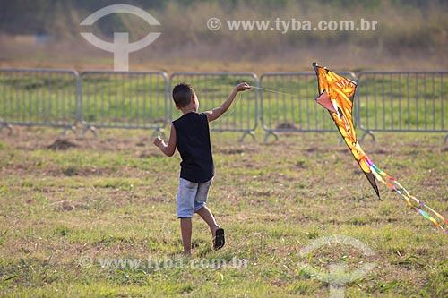 Menino aprendendo a soltar pipa na Base Aérea dos Afonsos  - Rio de Janeiro - Rio de Janeiro (RJ) - Brasil