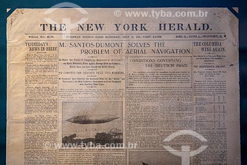 Fotografia da primeira página The New York Herald com a manchete Sr. Santos-Dumont resolve o problema da navegação aérea de 13 de julho de 1901 - Reprodução do acervo do Museu Aeroespacial  - Rio de Janeiro - Rio de Janeiro (RJ) - Brasil