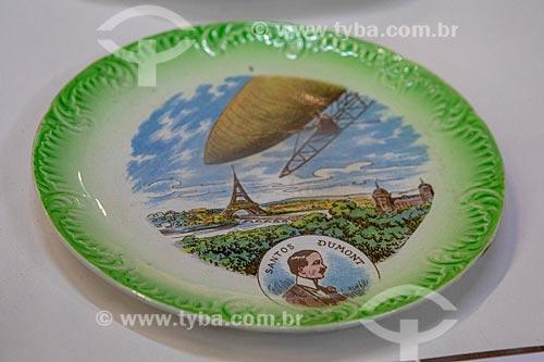 Detalhe de prato em porcelana francesa - comemorativo ao voo do Balão nº 05 de Santos Dumont realizado em 12 de julho de 1901 - em exibição no Museu Aeroespacial (1976) na Base Aérea dos Afonsos  - Rio de Janeiro - Rio de Janeiro (RJ) - Brasil