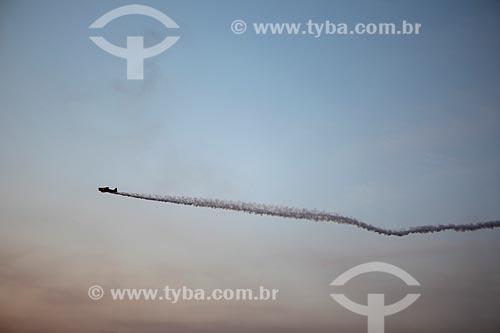 Avião da Esquadrilha CÉU fazendo manobras acrobáticas durante a comemoração dos 145 anos do nascimento de Santos Dumont na Base Aérea dos Afonsos  - Rio de Janeiro - Rio de Janeiro (RJ) - Brasil